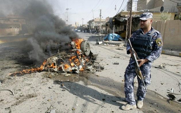 Bomby zabíjely ve �trnácti iráckých m�stech, na snímku jsou následky útoku v