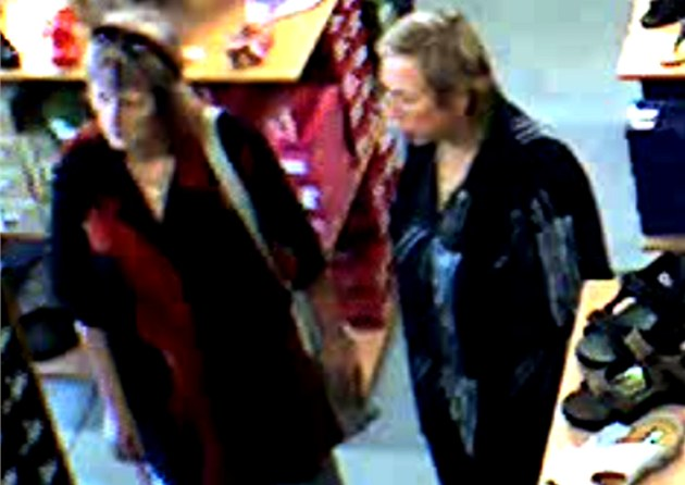 Fotografie z kamerového záznamu dvou �en, které policie podezírá z kráde�e