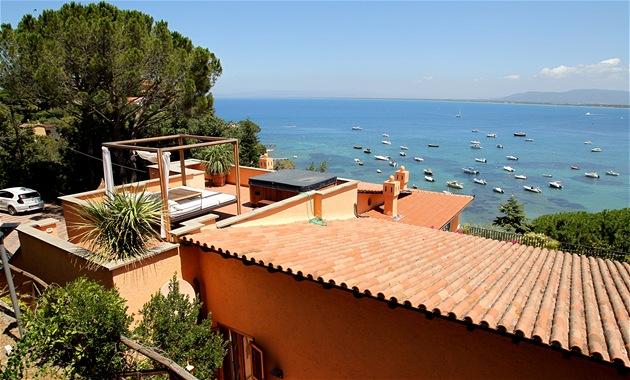 Výhled z vily v toskánském Monte Argentariu, v ní� pobývá expremiér Mirek
