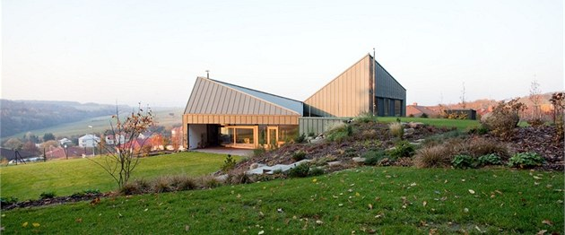 Návrh pracuje svíce vý�kovými úrovn�mi na terénu a �ikmou komponovanou