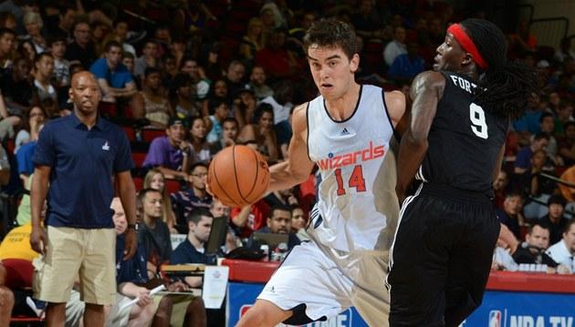 Tomá� Satoranský (u mí�e) oblékl v Letní lize NBA dres Washingtonu, ve svém