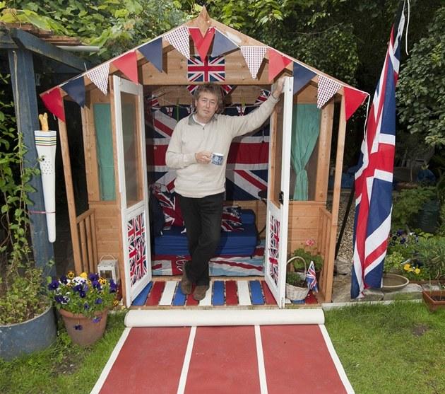 Ubytování v malé zahradní chatce o rozloze 2 × 2 metry si jako první otestoval...