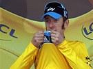 ŽLUTÝ. Bradley Wiggins líbá žlutý dres pro nejlepšího závodníka Tour de France.