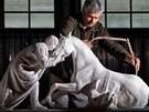 Jaroměřský sochař Petr Novák s malým modelem pomníku padlým koním