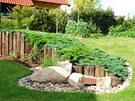 Žulovými kostkami čtenář Lukáš oddělil trávník od veškeré ostatní výsadby a výrazně si tak usnadnil pravidelnou údržbu trávníku.