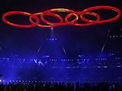 POD P�TI KRUHY. Gigantický symbol olympijských her zazá�il nad stadionem.