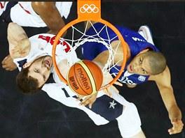 Francouz Nicolas Batum (vpravo) se snaží zabránit koši američana Kevina Lovea. (29. července 2012)