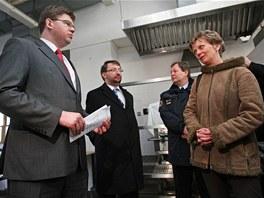 Starostka Vyšních Lhot Dana Nováková v roce 2012 v rozhoovru s tehdejším ministrem spravedlnosti Jiřím Pospíšilem. Tehdy se měl tábor přeměnit na věznici. (5. března 2012)