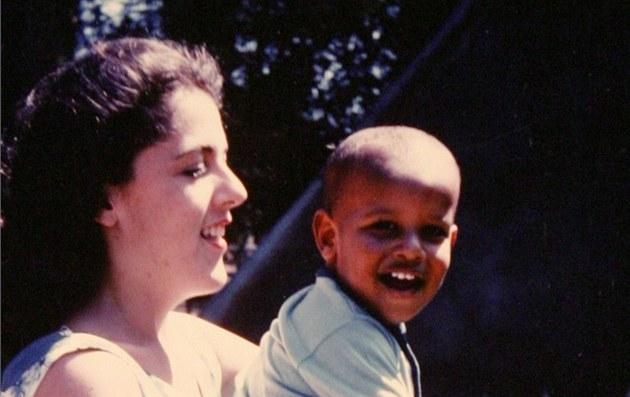 Ann Dunhamová na archivním snímku se svým synem Barackem Obamou (Honolulu, 1963)