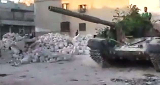 Záb�r z amatérského videa ukazuje tank povstalecké Syrské osvobozenecké armády
