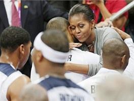 První dáma USA Michelle Obamová se objímá s basketbalistou Tysonem Chandlerem po utkání s Francií. (29. července 2012)