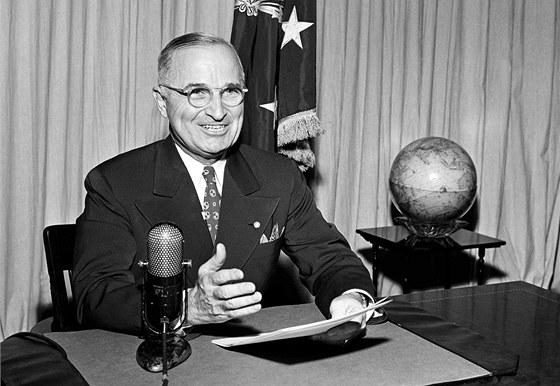 Harry Truman na snímku z 1. září 1945 oznamuje národu kapitulaci Japonska