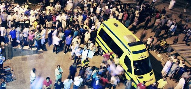 Sanitky p�ed nemocnicí v egyptském m�st� El Arí� po útoku ozbrojenc�, kte�í na