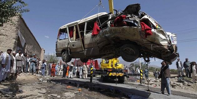 Následky atentátu na západním p�edm�stí Kábulu (7. srpna 2012)
