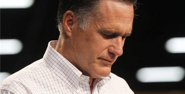 Republikánský kandidát na prezidenta Mitt Romney dr�í minutu ticha za ob�ti