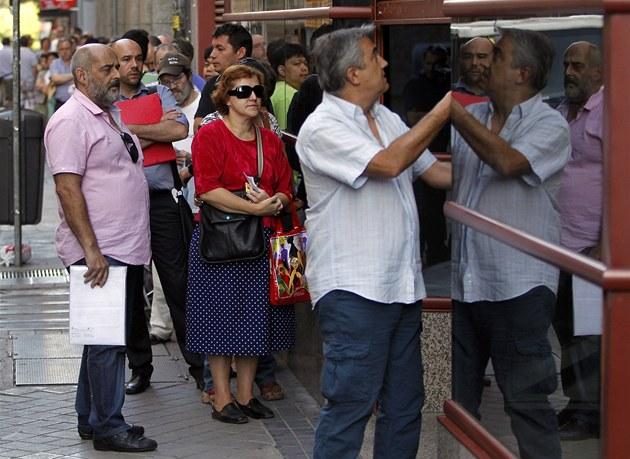 Krize ve �pan�lsku, léto 2012 - ú�edník otevírá zprost�edkovatelnu práce, lidé
