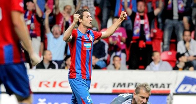 A JE TAM DAL�Í. Marek Hanousek z Plzn� slaví pátý gól v síti Ruchu Chorzów.