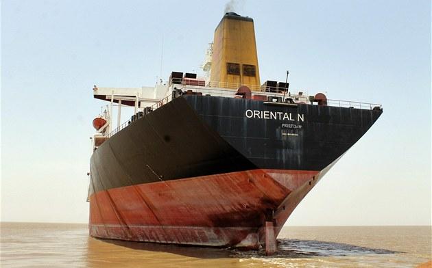Plavidlo Oriental Nicety, který kdysi neslo jméno Exxon Valdez, kotví u