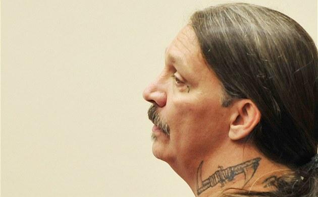 Gary Haugen p�ed obvodním soudem v Salemu, který rozhodoval, zda m�e �ádat