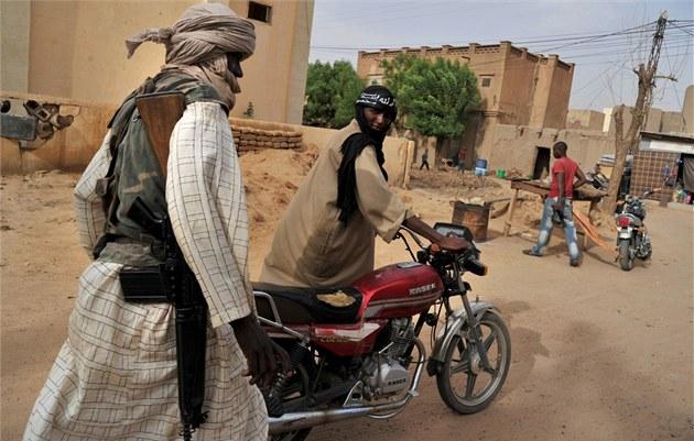 Islamisté z Jednotného hnutí pro d�ihád v západní Africe (MUJAO) hlídkují ve...
