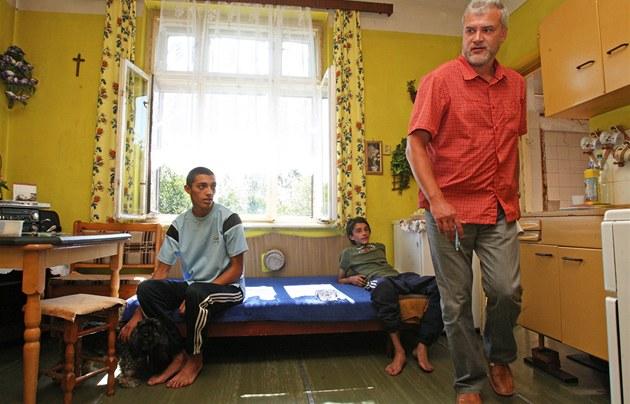 Ú�edníci kontrolují domy v romském ghettu na P�ednádra�í v Ostrav�-P�ívozu. (6.