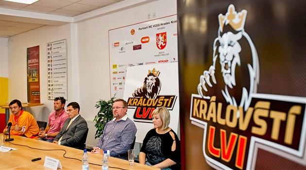 Na tiskové konferenci p�edstavil hradecký hokejový klub nové logo. (1. 8. 2012)