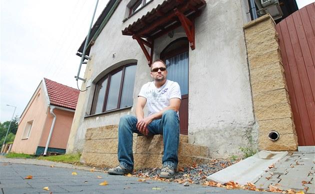 Du�an Mesar� bojuje s pardubickou radnicí o prodej minipozemku p�ed svým domem.