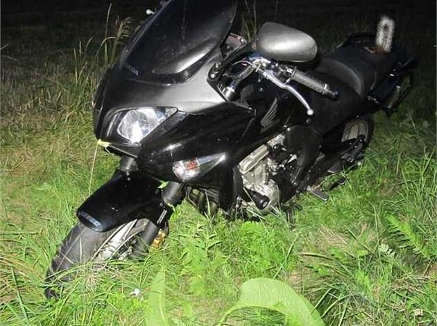 Opilý n�mecký motorká� skon�il v p�íkopu ve Vysoké nad Labem (2. 8. 2012)
