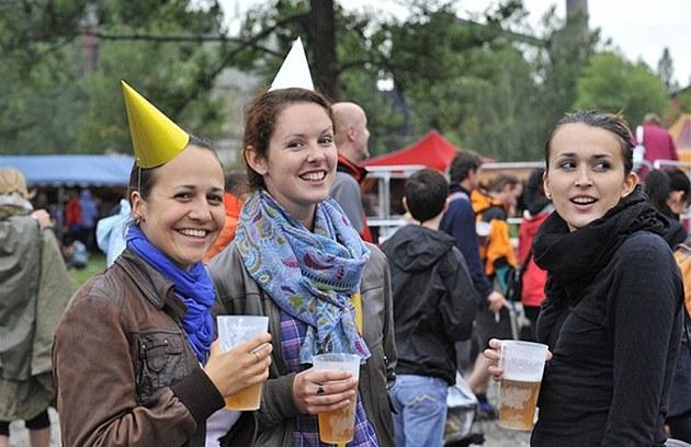 Kelímky z tvrzeného plastu náv�t�vníci festivalu v Ostrav� p�ivítali s nad�ením.