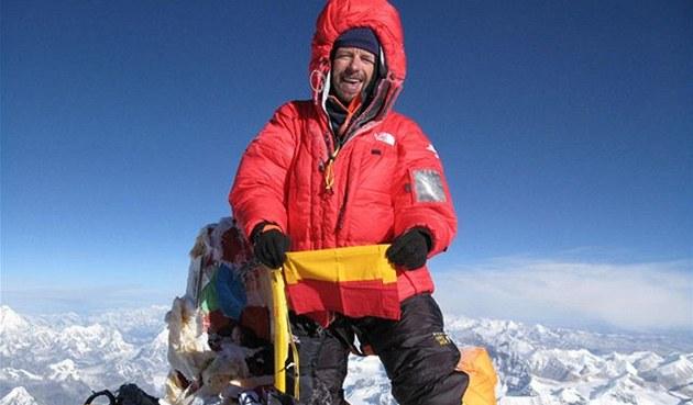 Pavel Bém na vrcholu Mount Everestu s vlajkou m�sta Praha