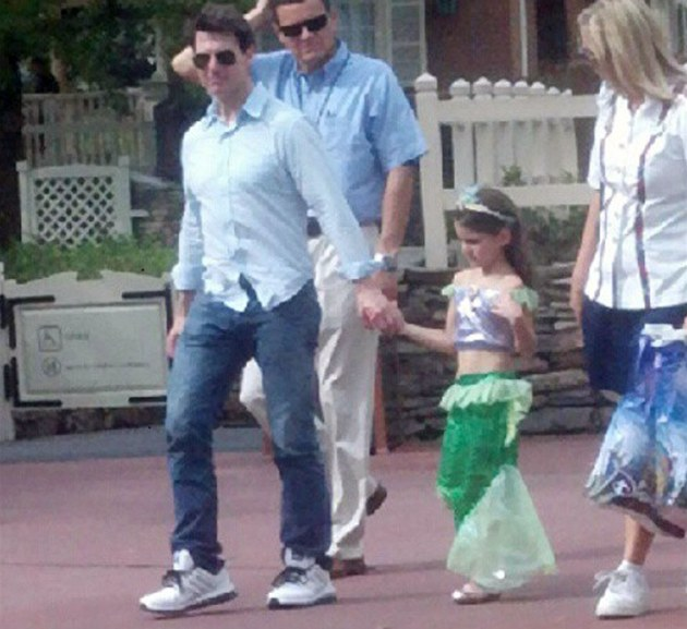 Tom Cruise s dcerou Suri v Disneylandu