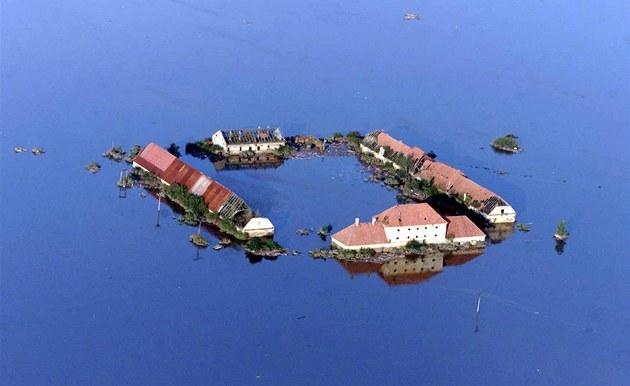 Opu�t�ný statek Úpor nedaleko M�lníka. (16. srpna 2002)