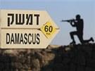 Golanské výšiny. Ukazatel na Damašek a obrys podobizny vojáka na hoře Bental na Golanských výšinách (24. července 2012)