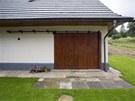 D�ev�n� stodolov� vrata lze otev��t klasick�m posuvem - a spole�ensk� m�stnost se otev�e jako kryt� terasa.
