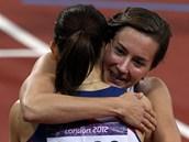 GRATULACE. Denisa Rosolová doběhla v olympijském finále sedmá a hned běžela Zuzaně Hejnové blahopřát k bronzové medaili.