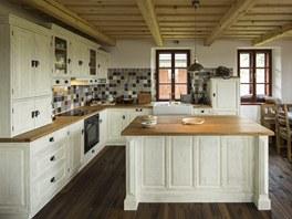 Kuchyni v rustik�ln�m stylu si nechal majitel vyrobit na zak�zku.
