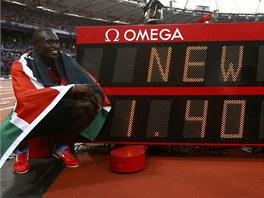 MAXIMUM. David Rudisha ukazuje, jakou hodnotu má nový světový rekord na 800 metrů.