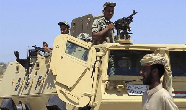 Transportéry egyptské armády u hrani�ního p�echodu Rafáh (10. srpna 2012)