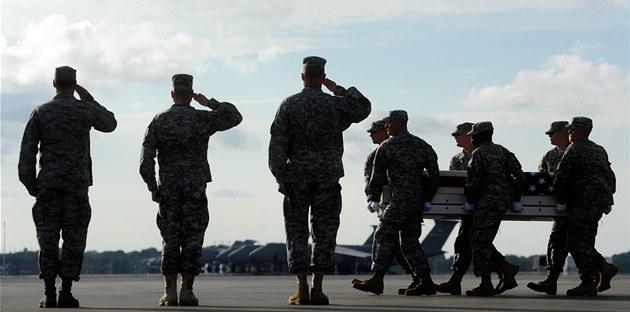 Ameri�ané se z Afghánistánu �asto vrací v kovových rakvích. Ilustra�ní foto