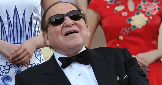 Hazardní magnát Sheldon Adelson b�hem slavnostního otev�ení svého kasina v
