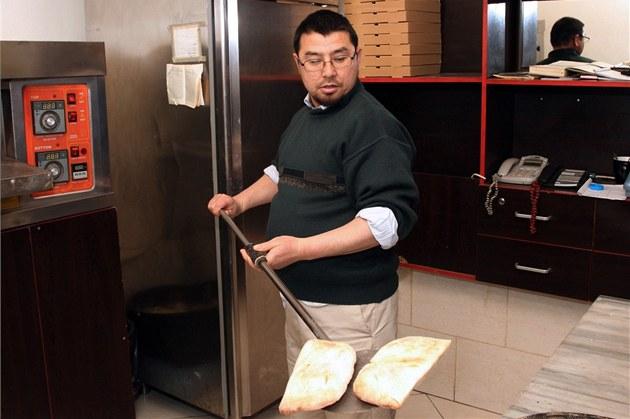 Abú Bakr Kásim v albánské pizzerii, kde pracuje od svého propu�t�ní z v�znice...