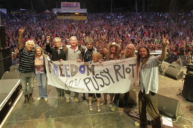 Podpora v�zn�ným Pussy Riot od Open Air Music Festivalu Trutnov 2012 - zleva