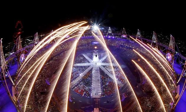 BLESKY NAD LONDÝNEM. Sv�telná show nad Olympijským stadionem v Londýn� b�hem