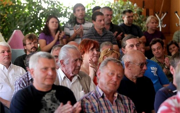 Asi 130 lidí p�i�lo ve st�edu ve�er do jednacího sálu ú�adu v Bzenci na