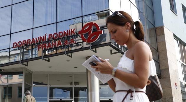Protikorup�ní policie zasahuje v budov� pra�ského Dopravního podniku (17. srpna...