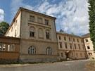 Jedna z budov opuštěného lázeňského komplexu v Jánských Koupelích na Vítkovsku. Celý areál je na prodej.