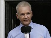 Julian Assange přednáší své prohlášení na balkoně ekvádorské ambasády v Londýně. (19. srpna 2012)