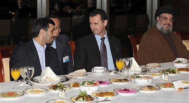 Spojenci. Íránský prezident Mahmúd Ahmadíne�ád (vlevo), jeho syrský prot�j�ek...