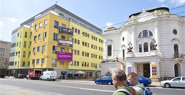 """�lutý d�m v sousedství historické budovy divadla ozna�ují místní jako """"�lutý"""