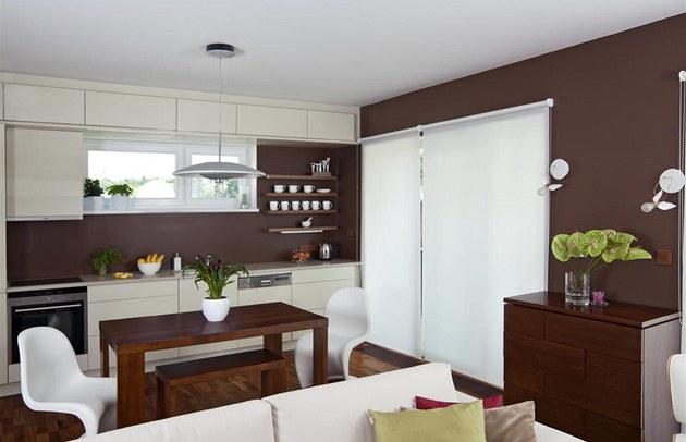 Otev�ený obývací pokoj propojený s jídelnou a kuchyní (Hanák) doprovázejí